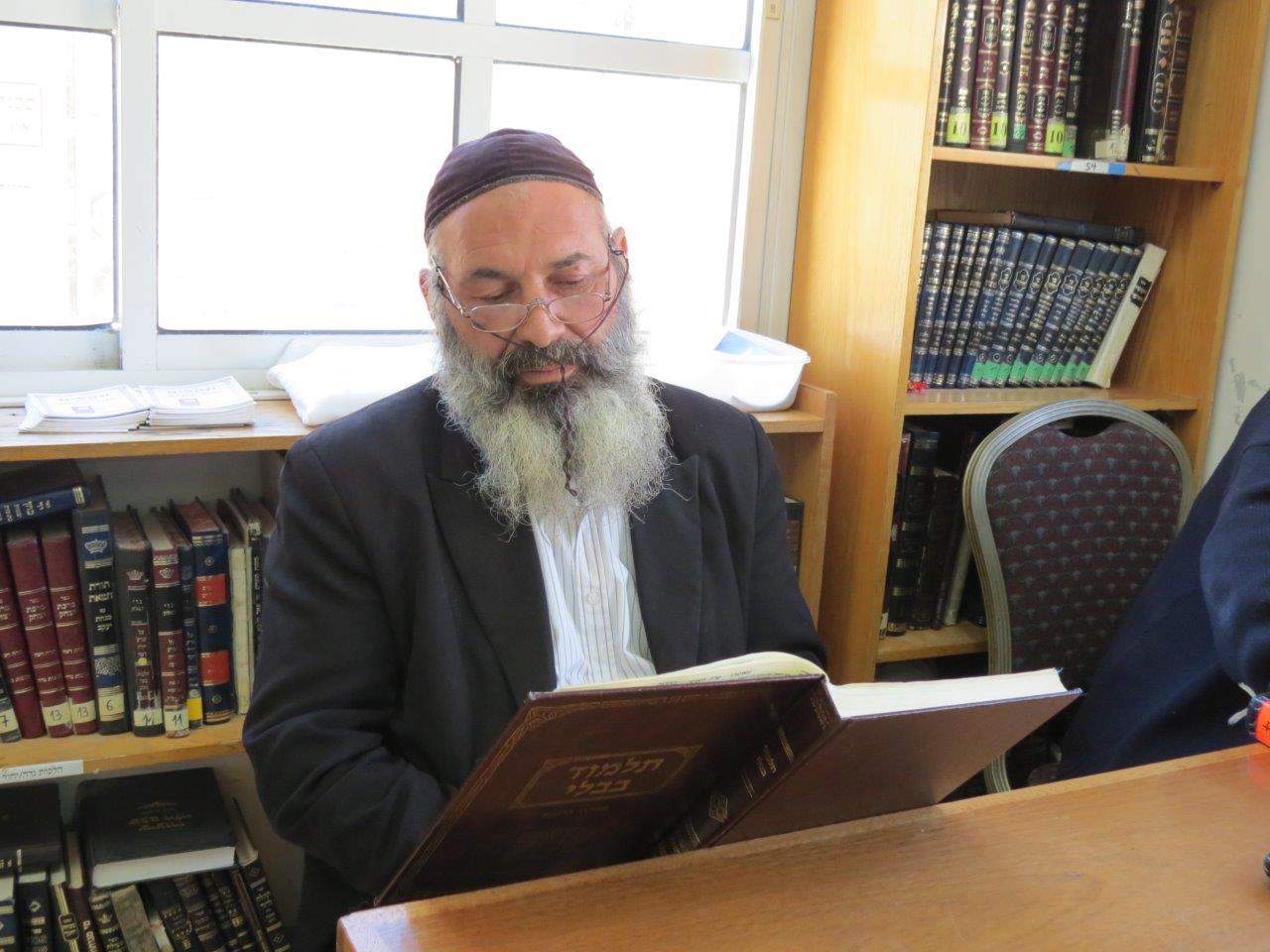 אברהם סיני בלימודו בישיבה. צילום: אלימלך גרסטל