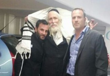 הרב ברלנד עם מקורביו לאחר השחרור בהולנד