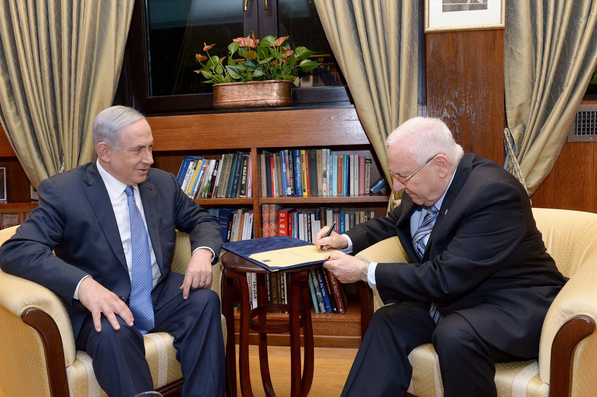 """הנשיא ראובן ריבלין חותם על הענקת המנדט להרכבת הממשלה,לבנימין נתניהו. צילום: אבי אוחיון, לע""""מ"""