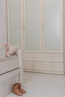 ריביירה - ארון חדר ילדים זכוכית סבתא. מגירות אחסון נעליים חיצוניות טריקה שקטה | צילום: גלעד רדט