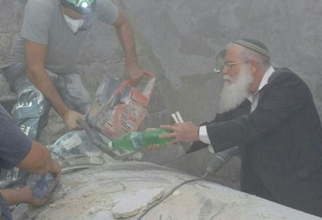 שיפוץ קבר יוסף  - צילום: מאיר ברכיה
