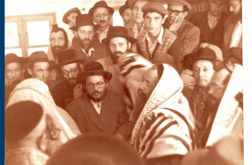 """הרבי מצאנז זי""""ע בביקורו הראשון בישראל בבית כנסת חליסה"""