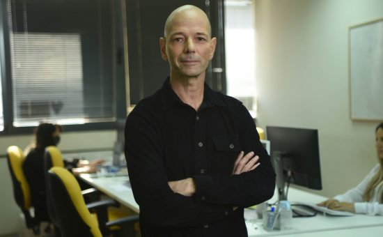 אביחי פלד מנכל Browzwear על רקע מרכז הפיתוח בישראל - קרדיט Elad Baranga
