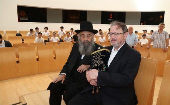 אוד מוצל מאש. הרב בידרמן עם הרב לייזרזון במעמד. צילום משה קוצן