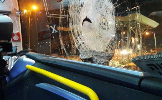 אוטובוס נפגע מאבן