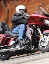 מפחיד: בלי רשיון הרכיב בת 4 על אופנוע כבד