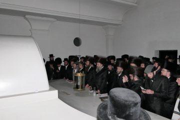 בחורי הישיבה השתטחו על קברי צדיקים בפולין ואוקראינה