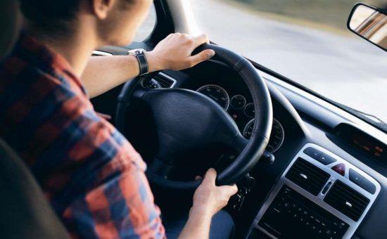 אילוסטרציה - נהג ברכב