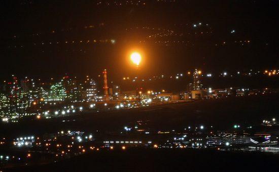 אש תקינה בוערת במפרץ חיפה. צילום שי וקנין (3)