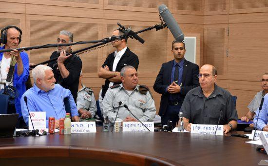 ביגי יעלון והרמטכל גדי אייזנקוט בכנסת. צילום: אריאל חרמוני, משרד הביטחון