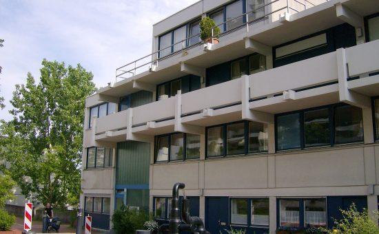 בניין המשלחת הישראלית, החדר שבו הוחזקו בני הערובה הוא מצד שמאל של הכניסה מתחת למרפסת. צילום ויקיפדיה