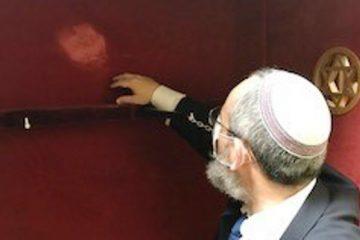 האנטישמיות בגרמניה: צלב קרס על ארון הקודש