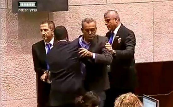 ג'אמל זחאלקה מוצא ממליאת הכנסת. צילום מתוך ערוץ הכנסת
