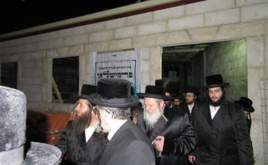 האדמור מפרמישלאן בבית הכנסת