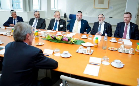 הגרפ גולדשמידט ומשלחת ועידת רבני אירופה עם נשיא הפרלמנט האירופי דוד ססילי צילום האדיבות לשכת נשיא הפרלמנט האירופי (3)