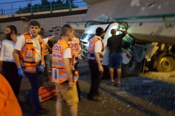 בשידור חוזר: משאית פגעה בגשר הולכי הרגל של בני ברק