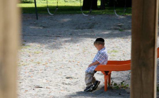 אטאילוסטרציה, ילד לבד בגן השעשועים