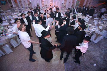 """מרגש: מאות חסידי חב""""ד עלו לקבר אביו של הרבי בקזחסטאן"""