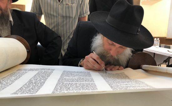 אילוסטרציה: הכנסת ספר תורה בזיטומיר, צילום מ. ירושלמי (97)