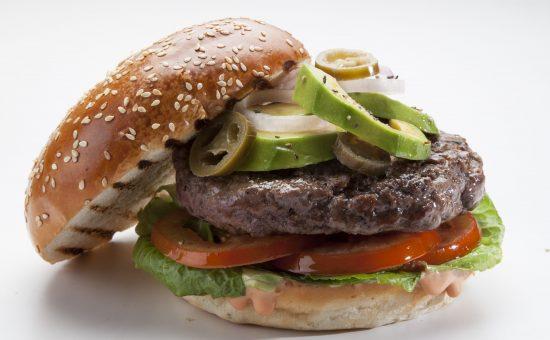 אילוסטרציה: המבורגר עם אבוקדו