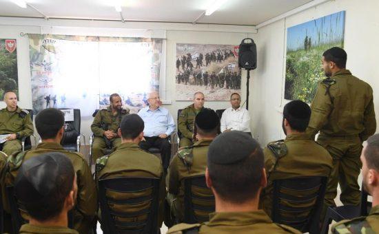 הנשיא עם חיילים חרדים, צילום מארק ניימן לעמ