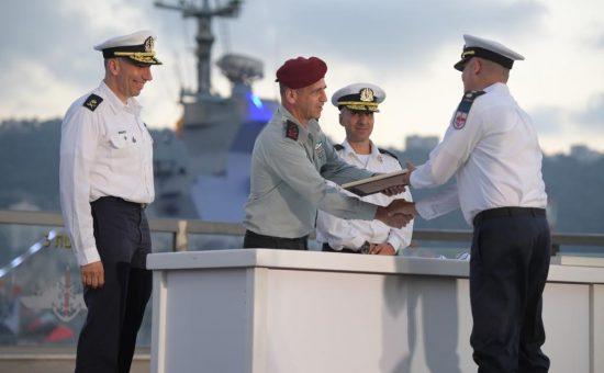 הענקת אות הערכה למפקד שייטת ספינות הטילים, אלוף-משנה גיא גולדפרב