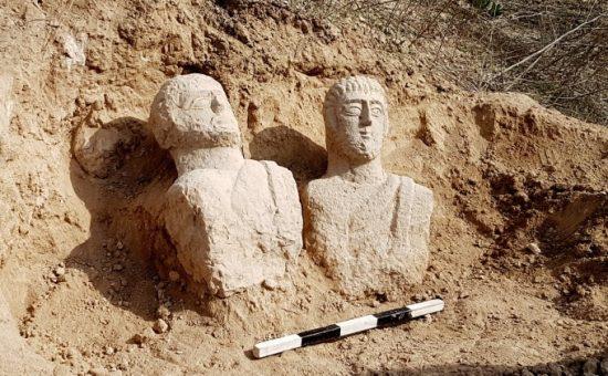 הפסלים עם מציאתם, צילום איתן קליין רשות העתיקות