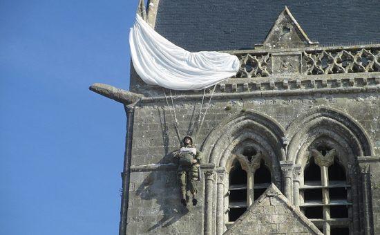 הצנחן שנשאר תלוי על הגג