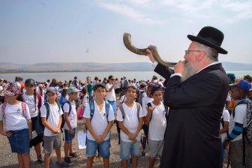 מאות תלמידים ורבנים התפללו לחורף גשום על שפת הכינרת