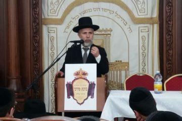 הרב חילק לתלמידים ספר עם הקדשה