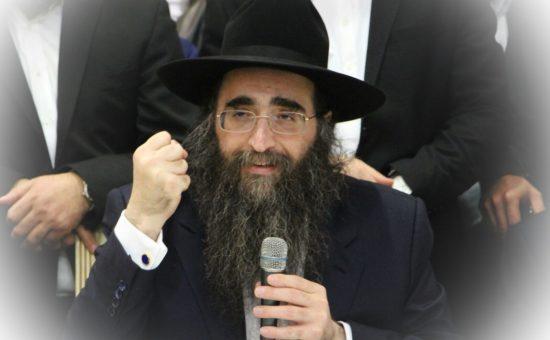 הרב פינטו אמש בשיעורו היומי. צילום: באדיבות המצלם