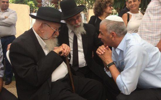 זקן רבני לוב הרב צוריאל שקד מנחם את השר כחלון