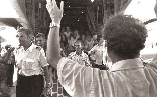 חטופי מטוס איר פרנס וביניהם הקברניט מישל בקוס מתקבלים בישראל, 4 ביולי 1976 צילם משה מילנר, לע''מ