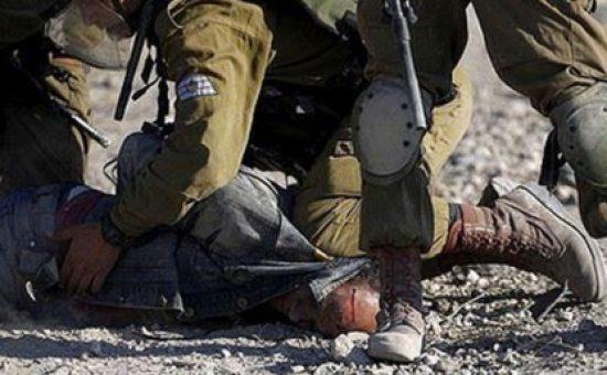 חיילים מכים פלסטיני