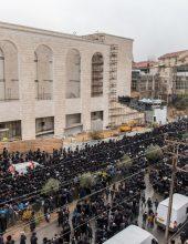 """מאה רגעים: אלפים בחופת נכד האדמו""""ר מגור בירושלים"""