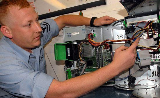 טכנאי בצבא ארצות הברית מבצע תרגולת של אבטחת מידע
