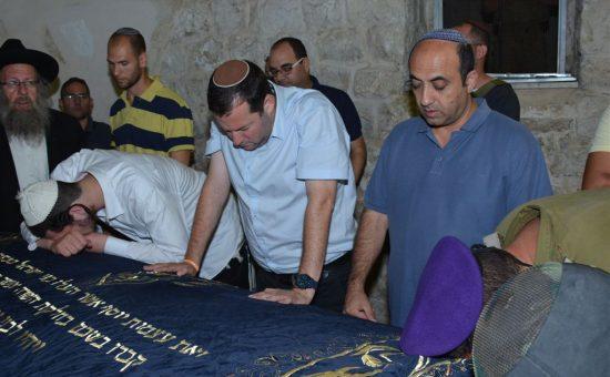 יוסי דגן בקבר יוסף. צילום: מאיר ברכיה