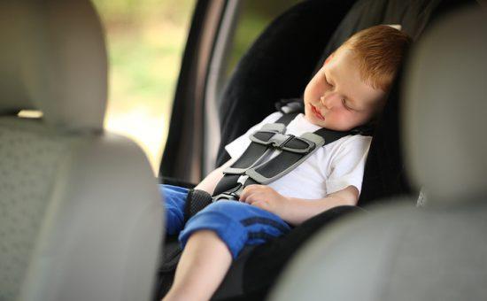 ילד נעול ברכב