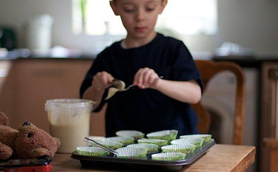 ילד מכין עוגה
