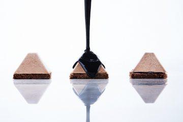 קינוח: מוס אגו שוקולד מריר 60% על עוגייה