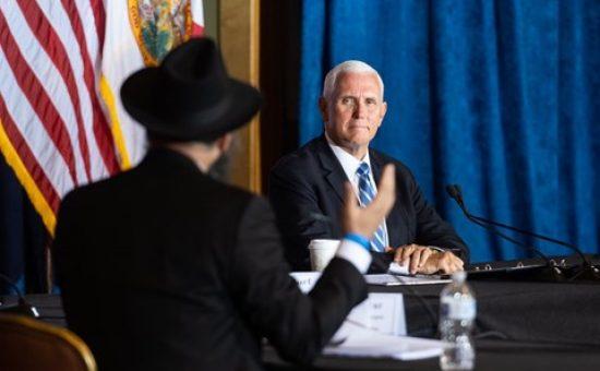 """סגן הנשיא והשלוחים החב""""דיים. צילום: דוברות הבית הלבן"""