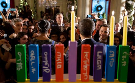 הנשיא אובמה והחנוכייה (צילום: הבית הלבן)