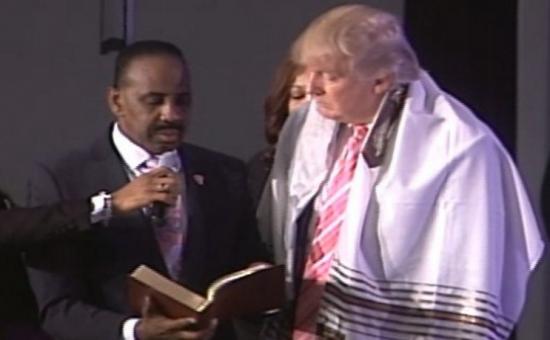 טראמפ מתעטף בטלית בביקור בכנסייה (צילום מסך מטוויטר)