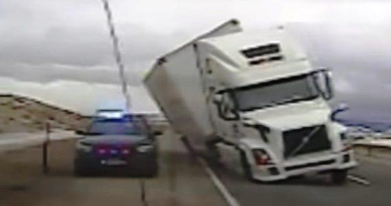 צפו: משאית 'פול טריילר' התהפכה על ניידת המשטרה