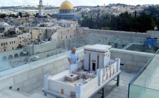 מיכאל אוסניס ודגם בית המקדש