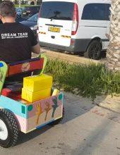 יד לאחים מזהיר: מיסיונרים מסתובבים בפארקים באשדוד ומחלקים מתנות לילדים