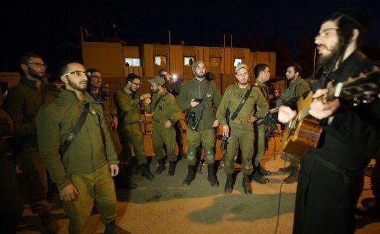 מנדל ראטה עם החיילים החרדים בגבעתי (7)