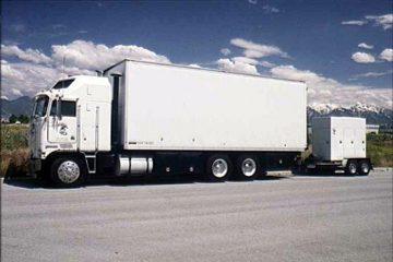 צפו: משאיות חוצות באדום