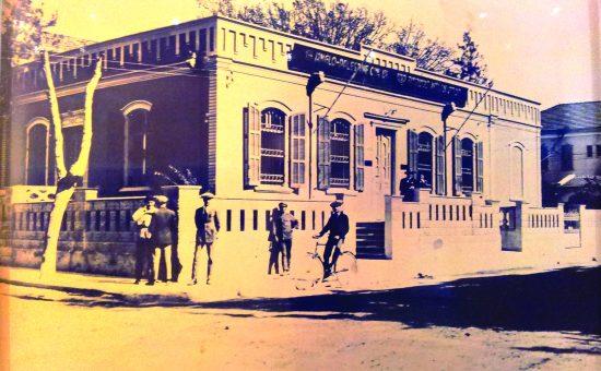 משכנו הראשון של בנק אנגלו פלשתינה בתל אביב בקרן הרחובות יהודה הלוי והרצל  1923