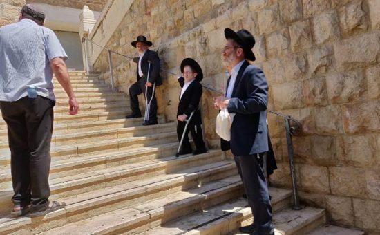 נכה מדרגות מערת המכפלה